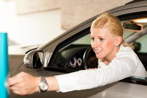 donna guida fuori da un garage