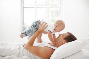 giovane padre con suo figlio di nove mesi al