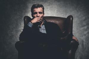 uomo di moda cool business retrò degli anni '50 fumo di sigaretta. foto