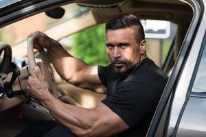 uomo che guida la sua auto foto