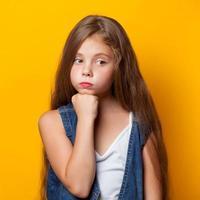 giovane ragazza triste foto