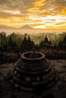 alba del cielo dorato sopra lo stupa di borobudur, Indonesia foto