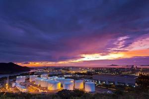 serbatoio dell'olio al momento del tramonto foto