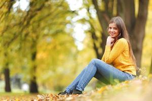 donna nel parco d'autunno foto