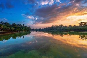 fiume vicino al tempio khmer buddista antico nel complesso di Angkor Wat foto
