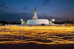 candela leggera con immagine di buddha al crepuscolo foto