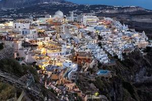 vista notturna di fira, santorini, grecia foto