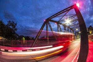 Vista notturna del ponte di ferro a Chiang Mai in Thailandia
