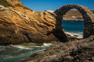 antico ponte verso la piccola isola vicino alla città di andros, foto