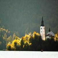 panorama del lago sanguinato in autunno.