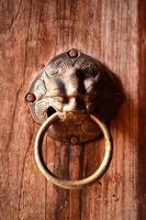 maniglia della porta con luce oscura foto