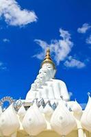 statua di buddha bianco al tempio di phasornkaew foto