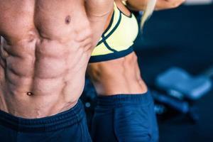 torso di uomo muscoloso e di donna forte foto