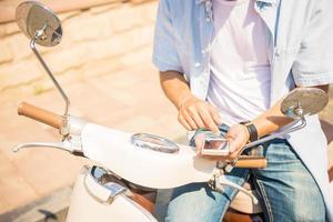 cavalcando scooter