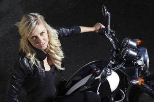 ragazza motociclista foto