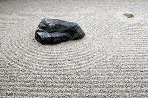 guardando verso il basso sul giardino di pietra a Kyoto foto