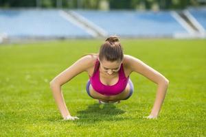 concetto di sport e stile di vita - donna che fa sport all'aperto foto