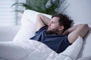 uomo a letto foto