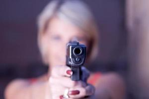 donna con una pistola foto