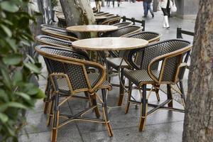tavoli vuoti in un caffè tempo piovoso a febbraio foto