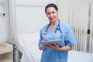 infermiera che utilizza un tablet pc foto