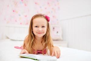 bambina nella sua stanza foto