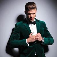 uomo in abito verde e papillon foto