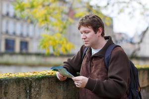 uomo che viaggia e guarda la mappa della città di viaggio