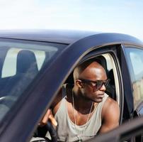 ragazzo afro americano seduto nella sua auto foto