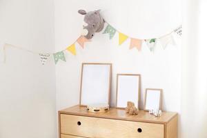 giocattoli ecologici in legno nella camera dei bambini