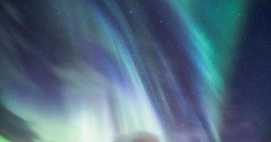 aurora boreale sul cielo notturno stellato foto