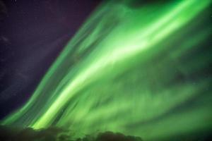 aurora boreale in cielo stellato