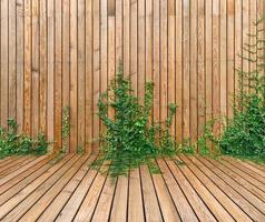 parete di legno con edera che cresce su di esso foto