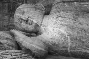 statua di buddha in posizione nirvana, grotta di sri lanka a pidurangala foto