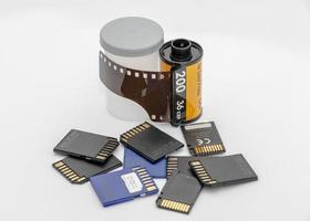 pellicola della fotocamera e schede di memoria su sfondo bianco