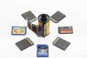 pellicole per fotocamere e schede di memoria su sfondo bianco