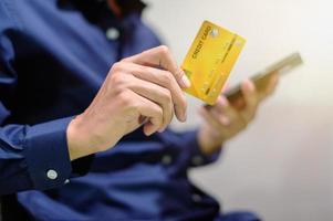 uomo d'affari in possesso di carta di credito