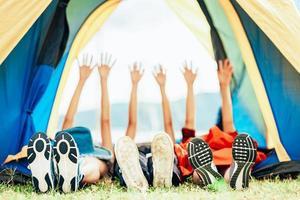amici che si divertono in tenda da campeggio foto
