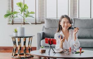 blogger femminile che registra video di bellezza in diretta streaming foto