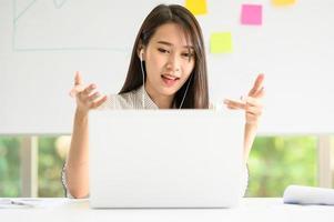 donna che ha una videoconferenza in videoconferenza tramite laptop foto