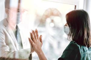 coppia asiatica che indossa una maschera separata a causa di problemi di salute pubblica