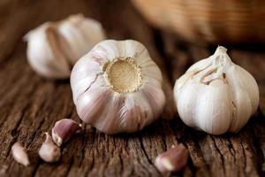 bulbi di aglio sul tavolo di legno