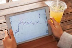 donna che commercia online con il suo tablet foto