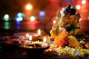 Lord Ganesha durante la celebrazione di Diwali con luci colorate