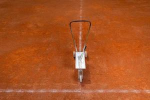 campo da tennis vuoto con macchina per la manutenzione