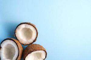 noci di cocco su sfondo semplice vibrante blu foto