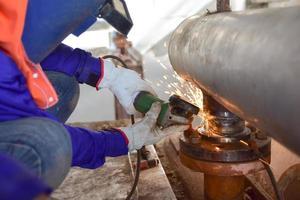 lavoratore utilizza smerigliatrice elettrica
