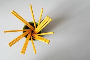 cannucce di carta gialle isolate su fondo bianco foto
