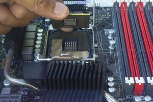 mano del tecnico che lavora al computer