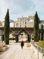 giovane donna che cammina nella città vecchia di Gerusalemme foto